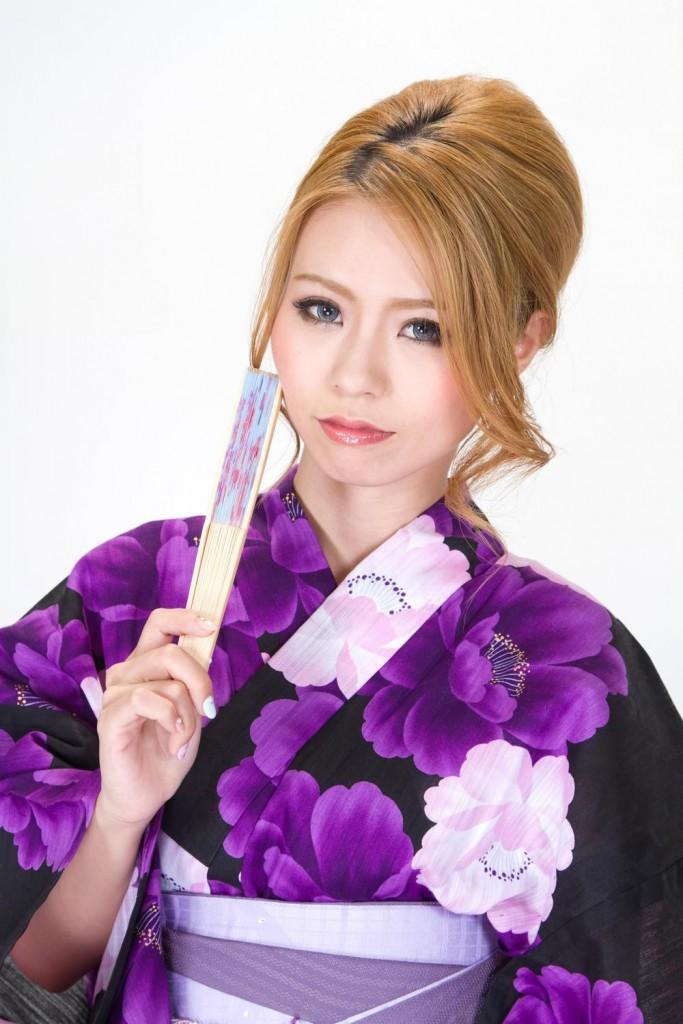 bsN853_sensuwomochikochirawomiruyukatanojyosei